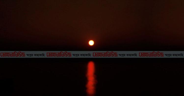 কমলনগরে মেঘনার আকাশ লাল-কমলায় ছড়িয়েছে দিগন্তে