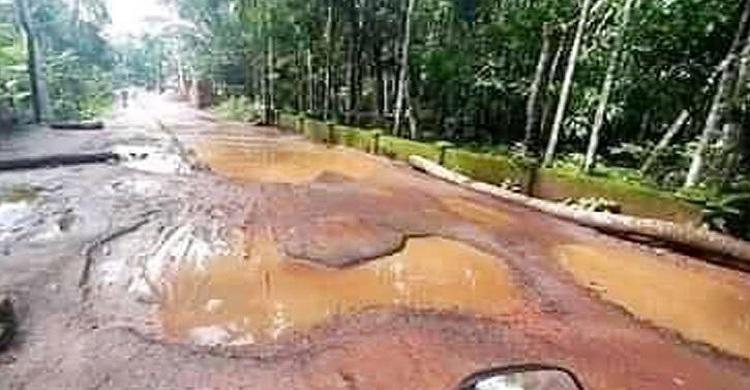 দালালবাজার- মীরগঞ্জ সড়কে গর্ত আর গর্ত