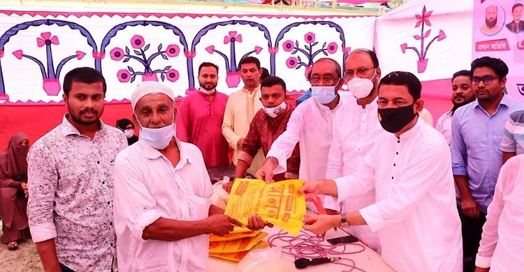রায়পুরে রিকশা-ভ্যান চালকরা পেল জনির ঈদ উপহার